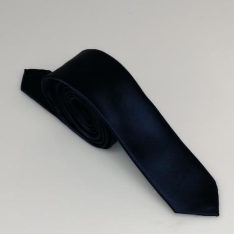 Sötétkék keskeny szatén nyakkendő